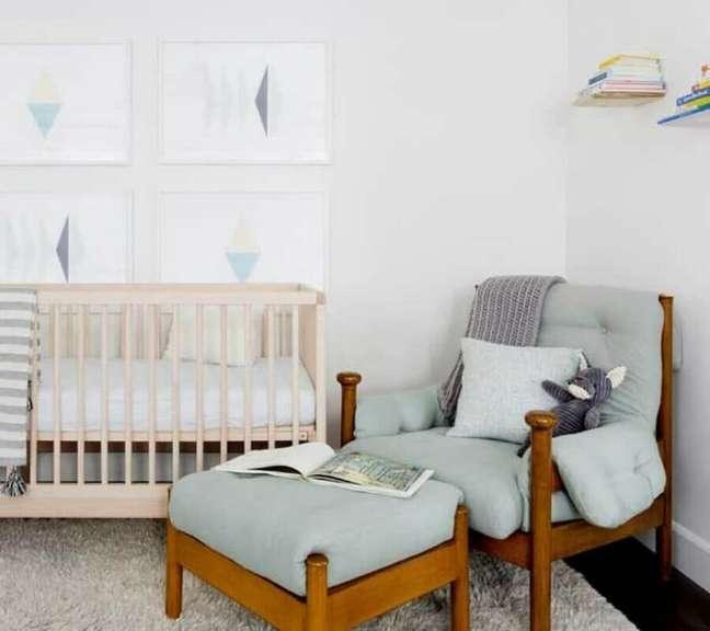 40. Poltrona confortável com puff para decoração de quarto de bebê branco – Foto: Pinterest