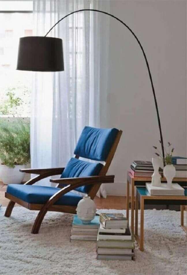 36.Decoração simples com luminária de piso e poltrona confortável para leitura – Foto: Casa de Valentina