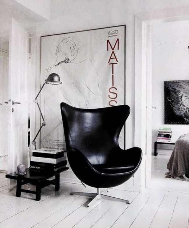 35. Decoração minimalista para sala branca com poltrona confortável preta – Foto: Casa de Valentina