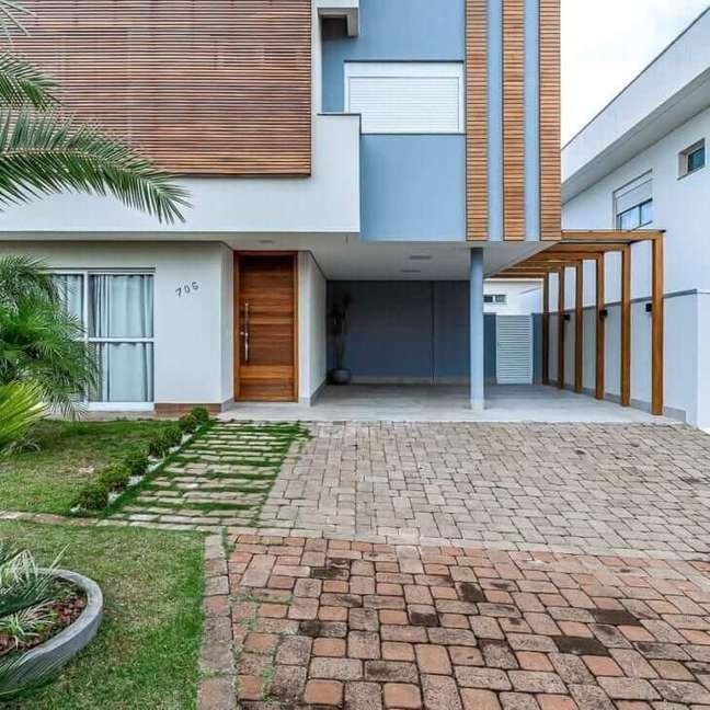 11. Cores para fachada de casas em branco e azul com revestimento de madeira – Foto Karina Marques Arquitetura