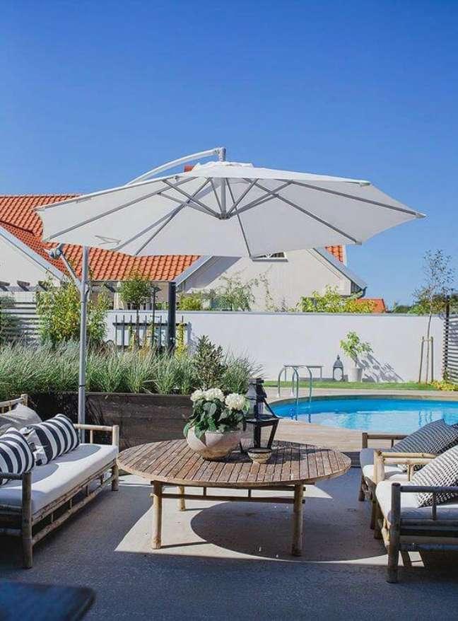 57. Guarda sol para piscinas modernas com mesa de madeira e cadeiras confortáveis – Foto Snitsig