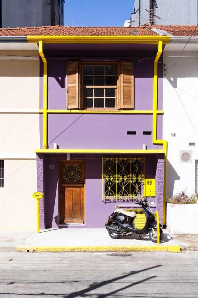 28. Cores para fachada de casas roxa e amarela – Foto Pinterest