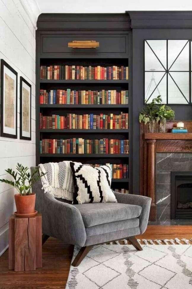 72. Sala com lareira clássica decorada com poltrona confortável para leitura – Foto: Apartment Therapy