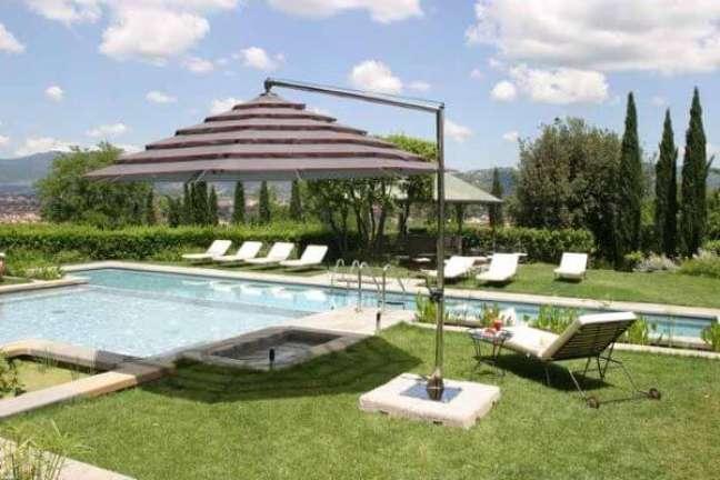 56. Guarda sol para piscina grande fixo no chão – Foto Pinterest