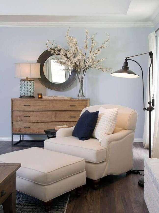 37. Poltrona confortável com puff para decoração de cantinho de leitura com abajur de chão – Foto: Futurist Architecture