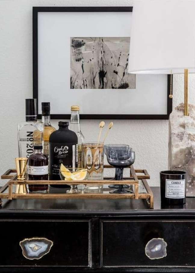 13. A bandeja de bar dourada se destaca na decoração. Fonte: Constance Zahn