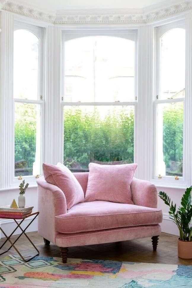 3. Cantinho de leitura decorado com poltrona confortável rosa – Foto: Fashionismo