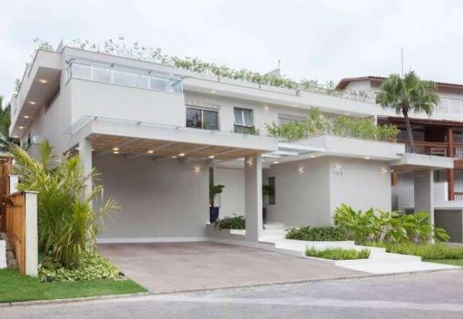 19. Cores claras para fachadas de casas atemporais e decoradas com plantas nas janelas e terraço – Foto Pinterest