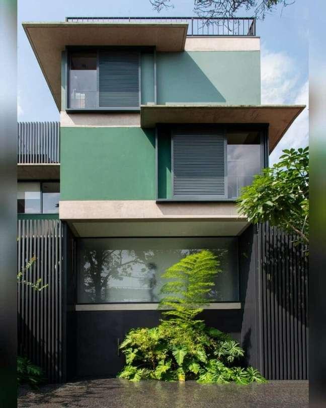 46. Cores para fachadas de casas na cor verde com portão de ferro e plantas -Foto Gil Mello Arquitetura