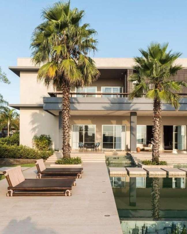 77. Mansão com cores para fachada de casas em tons neutros e piscina grande – Foto revistavd