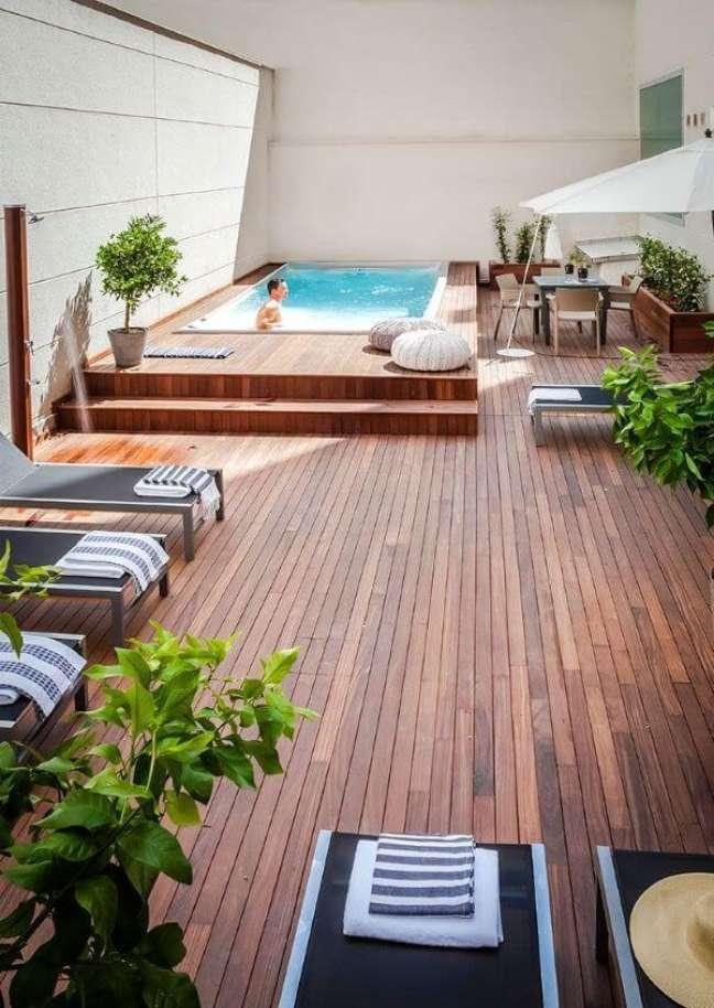92. Piscinas modernas com deck de madeira e móveis confortáveis para receber amigos – Foto habitissimo
