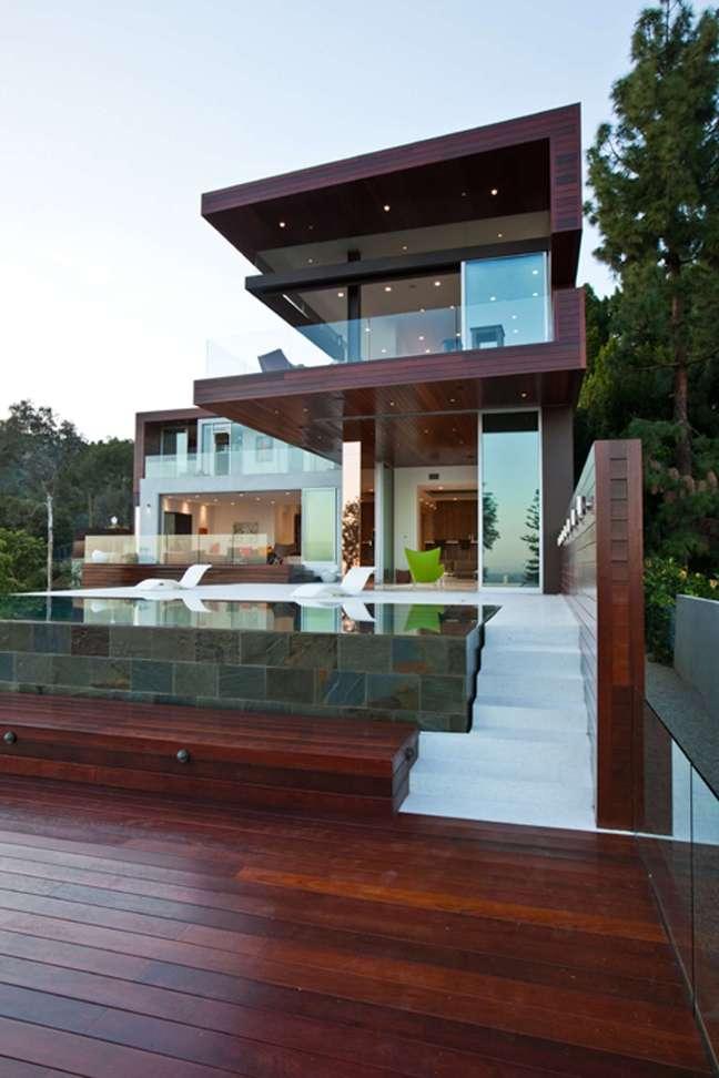 72. Deck de madeira com piscinas modernas elevadas – Foto Pinterest