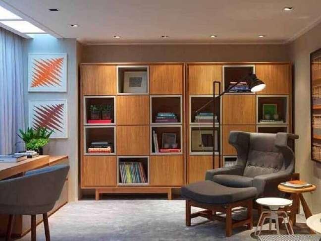 39. Poltrona confortável com puff para decoração de escritório com estante de madeira – Foto: My Fancy House