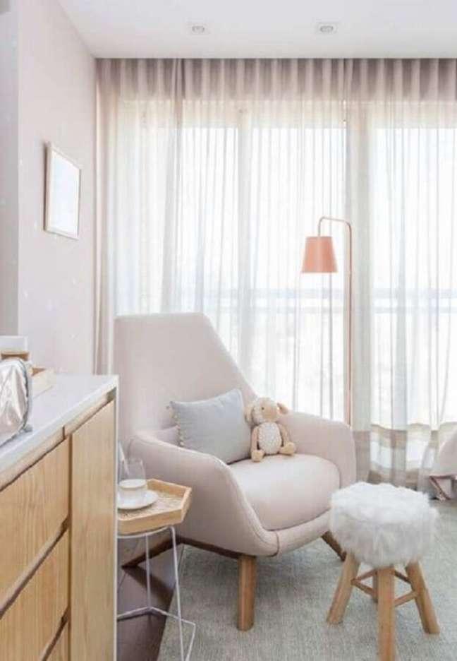 34. Decoração em cores claras para quarto de bebê com poltrona confortável – Foto: Casa de Valentina