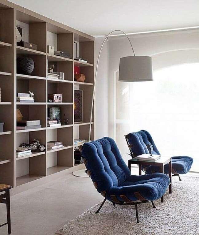 59. Poltrona confortável para sala decorada com estante de nichos e luminária de piso – Foto: Pinterest