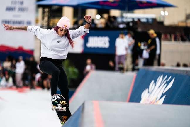 Letícia Bufoni no torneio de skate street em Paris