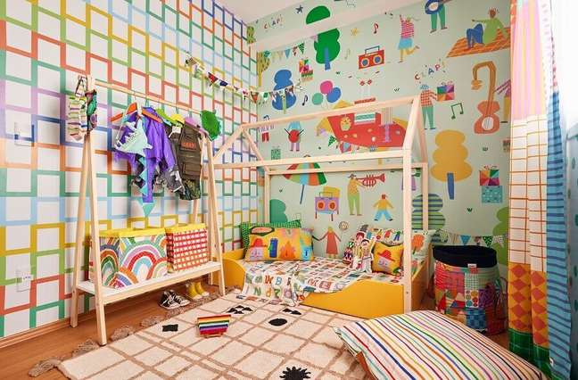 4. Decoração de quarto infantil com cama montessoriana e modelos diferentes de papel de parede colorido – Foto: Renata D'Almeida para MOOUI