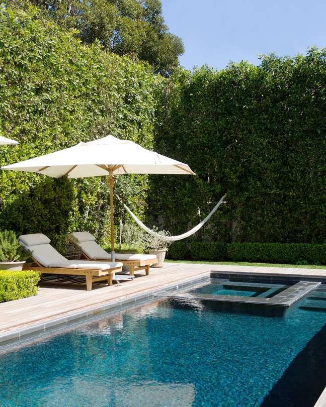 20. O muro verde é perfeito para piscinas modernas – Foto Lonny Magazine