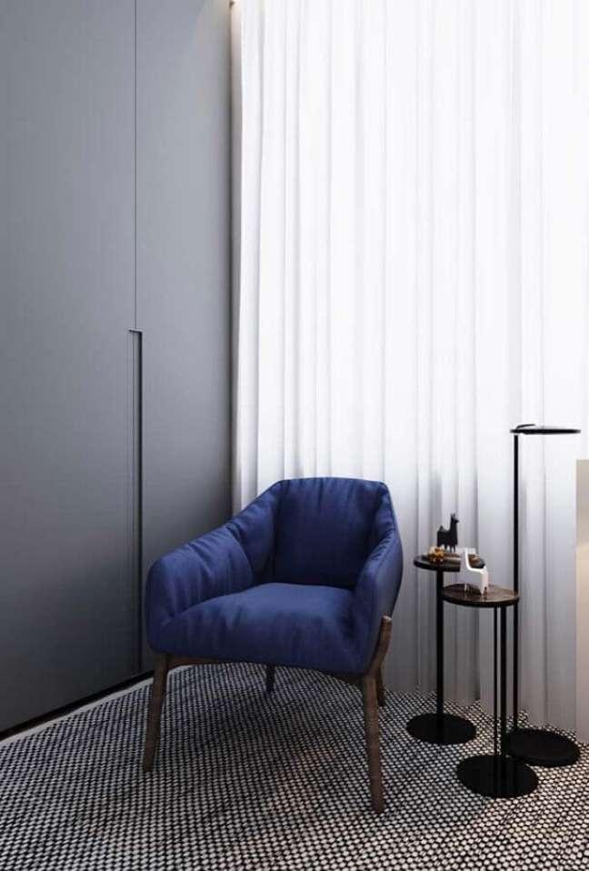 4. Decoração de quarto cinza com poltrona confortável simples azul – Foto: Behance