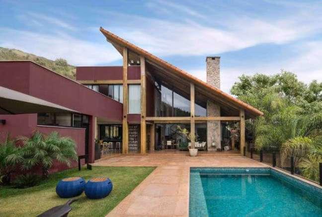 14. Ideia de cores para fachada de casas em marrom com piscina e jardim moderno – Foto Pinterest