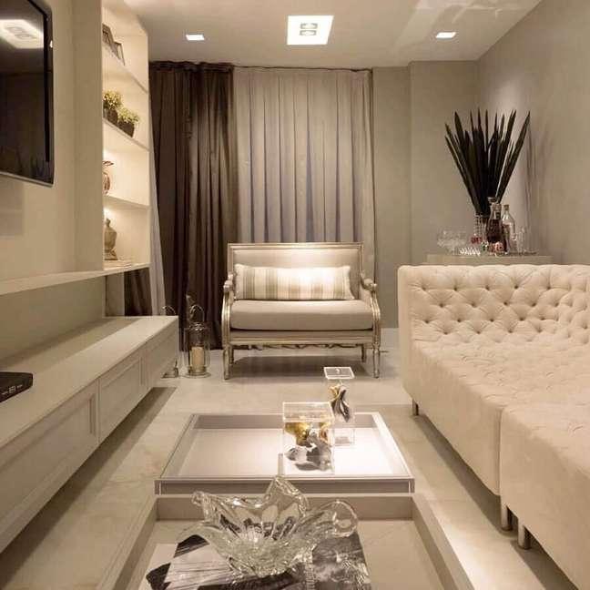 57. Poltrona confortável para sala de TV branca decorada com sofá capitonê – Foto: Pinterest