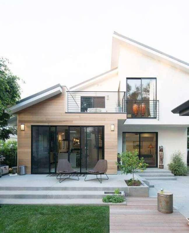 54. Decoração com cores para fachadas de casas modernas e revestimento de madeira – Foto Pinterest