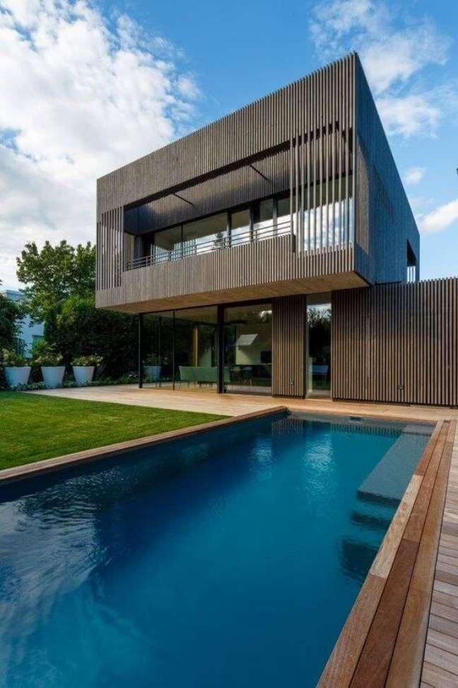 47. Casas modernas com piscina e fachada de madeira – Foto Archilover