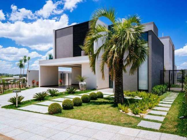 7. Cores para fachada de casas grandes com jardim entrada – Foto Garden Light Paisagismo