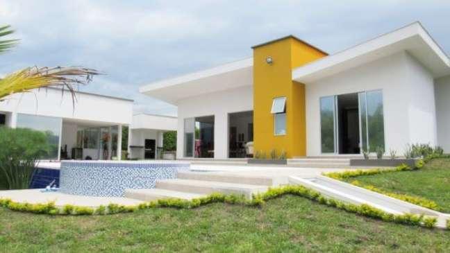 1. Combinação de cores para fachada de casas em branco e amarelo – Foto Pinterest