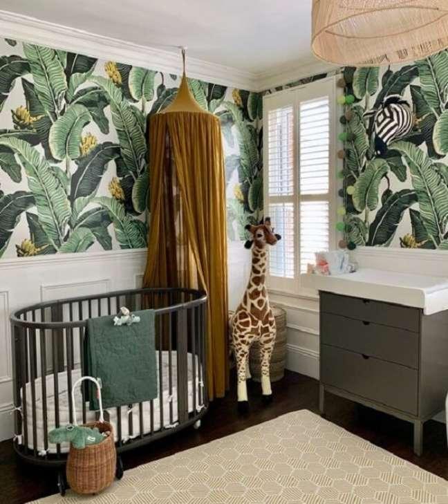 33. O papel de parede se destaca no quarto de bebê safári verde. Fonte: Pinterest