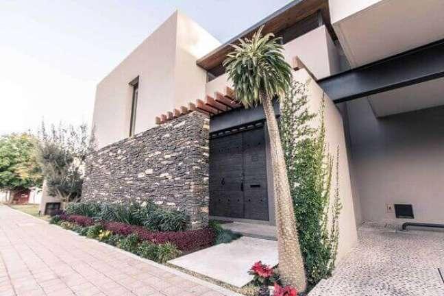 82. Decoração com cores para fachada de casas pequenas com muro de pedras e plantas – Foto Pinterest