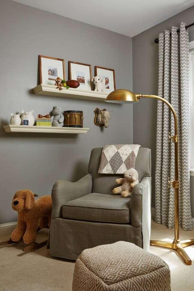 48. Poltrona confortável para quarto cinza decorado com luminária dourada de chão – Foto: Houzz