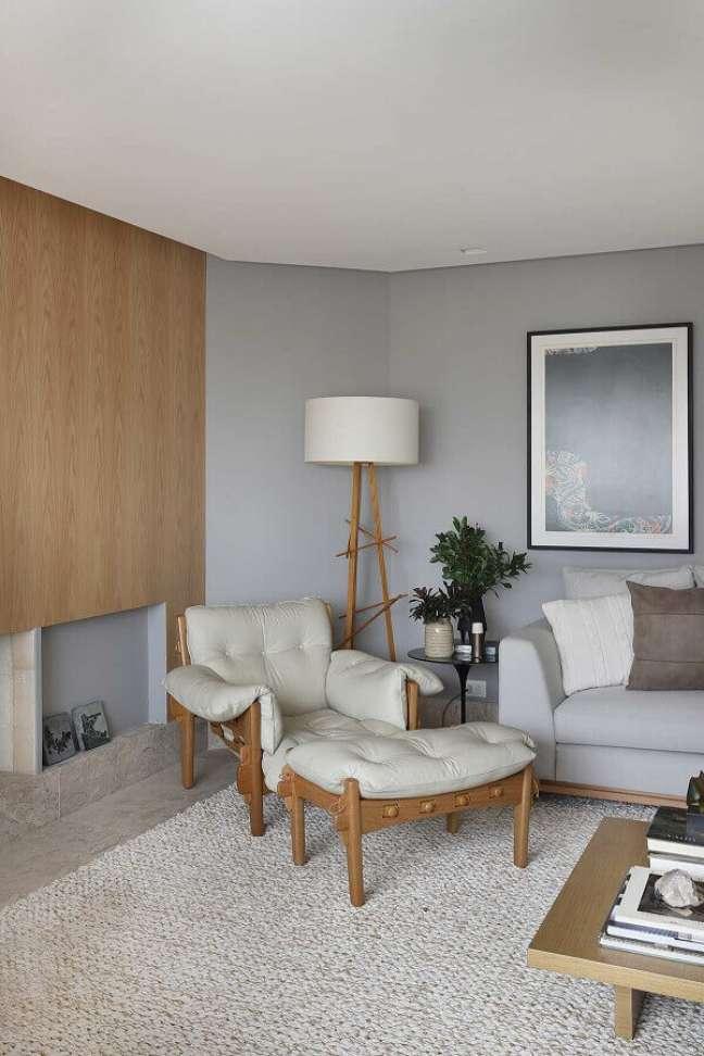 53. Poltrona confortável para sala cinza decorada com abajur de chão – Foto: Histórias de Casa