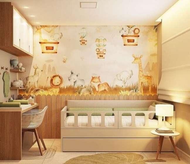 13. A iluminação realça o papel de parede quarto de bebê safári. Projeto de Gabriel Nascimento