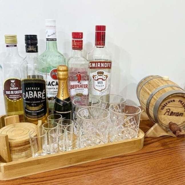 10. A bandeja bar decoração de madeira é um dos modelos mais tradicionais. Fonte: Noivismo