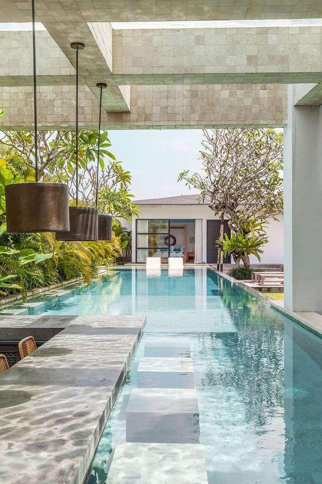 48. Casas modernas com piscina grande dentro da área gourmet – Foto Hotelier indonesia