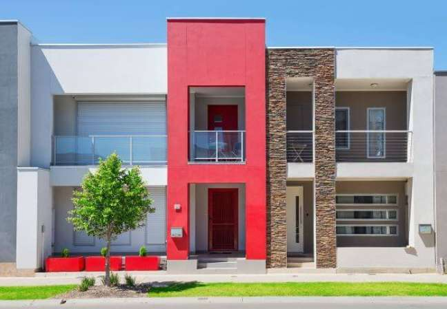 84. Casa com revestimento de pedras e pintura vermelha na fachada moderna – Foto Pinterest