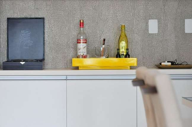 17. A bandeja para aparador bar amarela se destaca na decoração. Projeto de Condecorar Arquitetura e Interiores