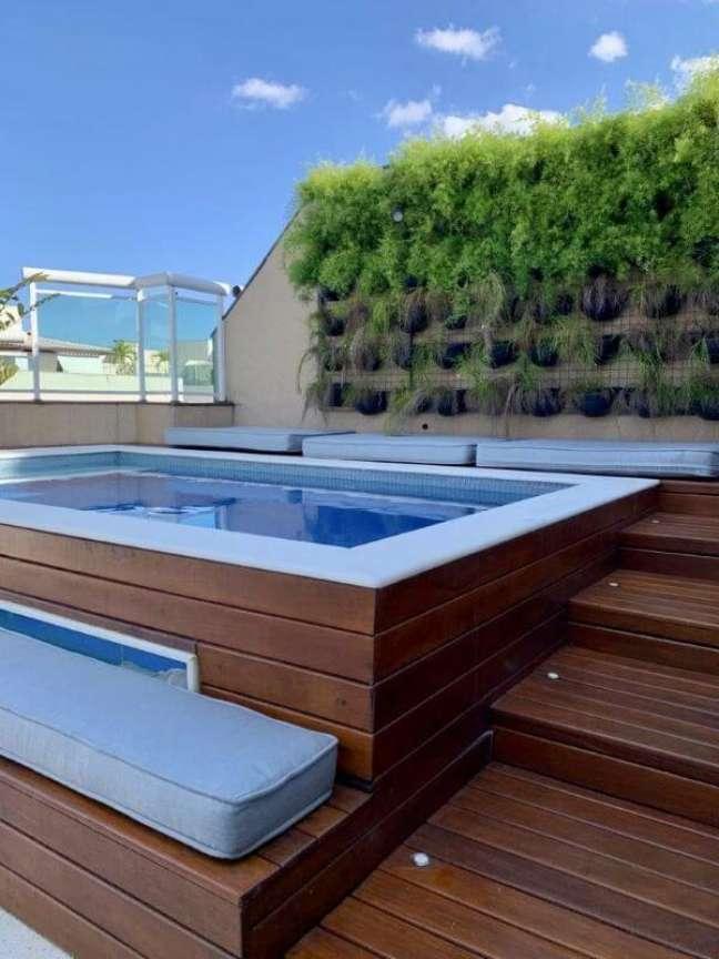 94. Piscinas modernas com deck de madeira – Foto Pinterest
