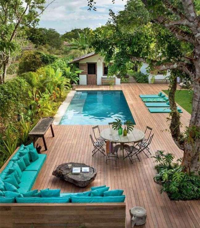 11. Móveis para piscina com deck de madeira – Foto Casa Abril