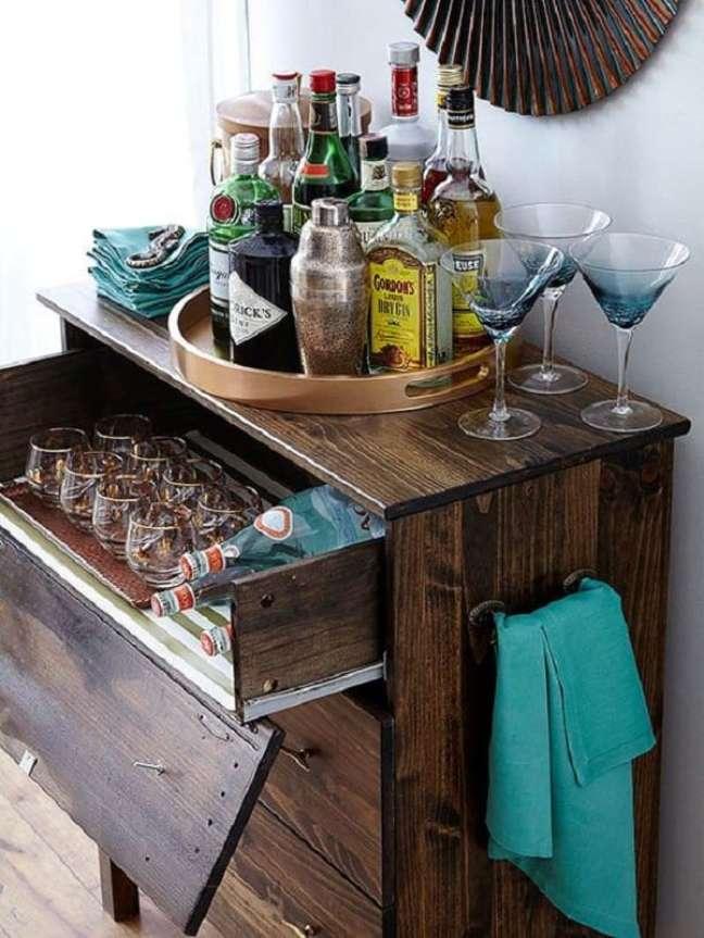 11. A bandeja bar decoração redonda organiza as garrafas de bebida. Fonte: Pinterest