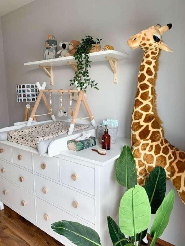 12. A girafa trouxe um toque fofo para a decoração de quarto de bebê com tema safári. Fonte: Pinterest