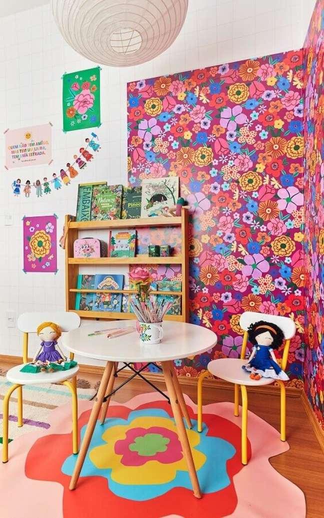 5. Decoração de quarto infantil com papel de parede floral e estante para livros – Foto: Marcos Fertonani para MOOUI I