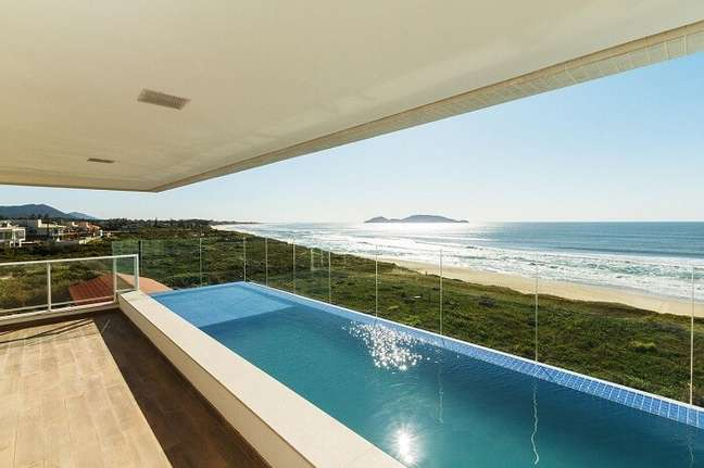 62. Modelos de piscinas modernas com vista para o mar – Foto Mantovani e Rita