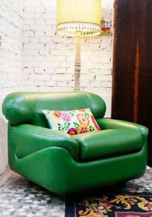 74. Sala decorada com parede tijolinho branco rústica e poltrona confortável verde – Foto: Pinterest