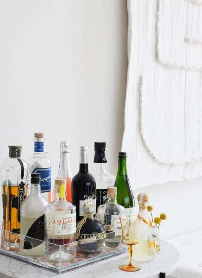 9. A bandeja bar de acrílico é clean e discreta. Fonte: Pinterest