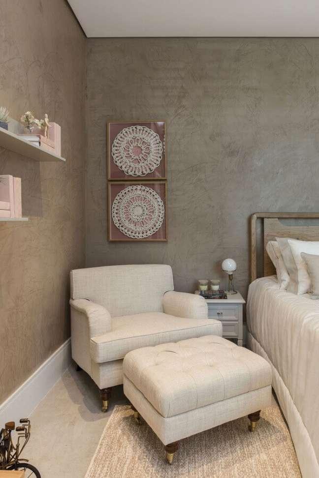49. Poltrona confortável para quarto de casal decorado com parede de cimento queimado – Foto: Quartos Etc
