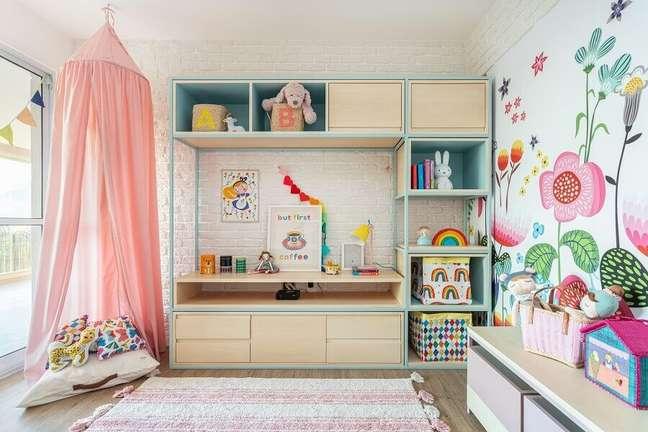 1. Parede floral para decoração de quarto infantil feminino – Foto: Marcos Fertonani para MOOUI
