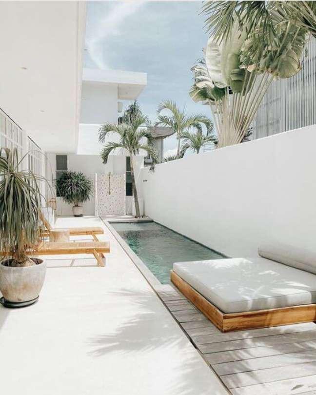 19. Móveis para piscinas modernas e pequenas com espreguiçadeira de madeira e banqueta – Foto Amazon