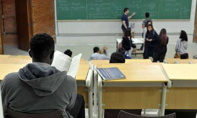 Programas de estágio em grandes empresas dispensam teste de inglês, entre outros requisitos, para promover mais diversidade e inclusão.